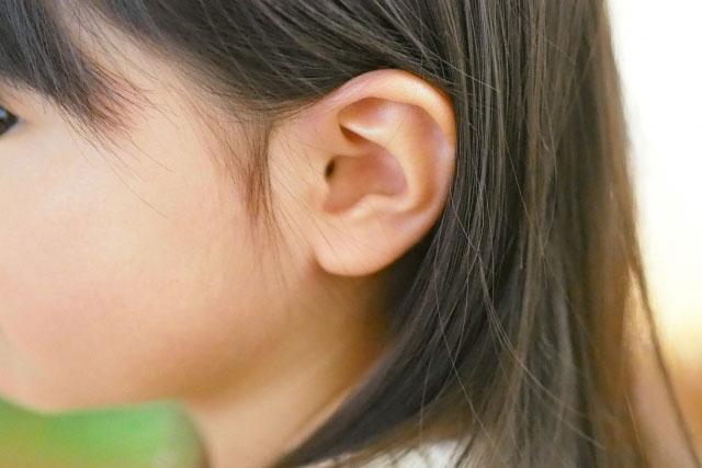 小さな女の子の耳